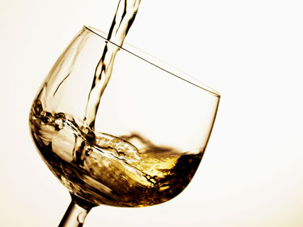 Verser un verre de vin blanc